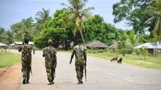Des soldats de l'armée mozambicaine en patrouille à Mocimboa da Praia, en mars 2018.