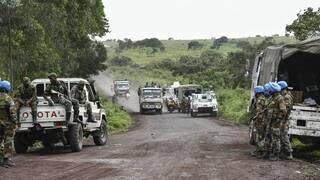 Les forces de l'ONU et les soldats de la RDC sécurisent une route près du lieu où a eu lieu l'attaque qui a coûté la vie à l'ambassadeur italien lundi 22février.